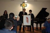 Gerardo Iovino consegna il suo disegno al vincitore assoluto della cat. D
