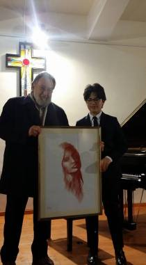 Lo scultore Gerardo Iovino consegna il suo disegno al giovane vincitore della cat. D